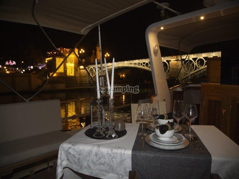 Cena romántica en barco en el Guadalquivir
