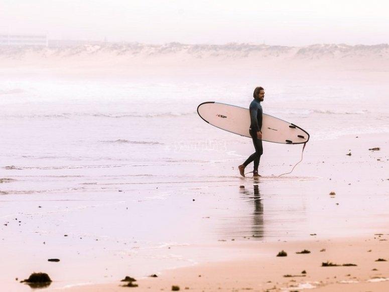 Con la tabla de surf en Fuerteventura