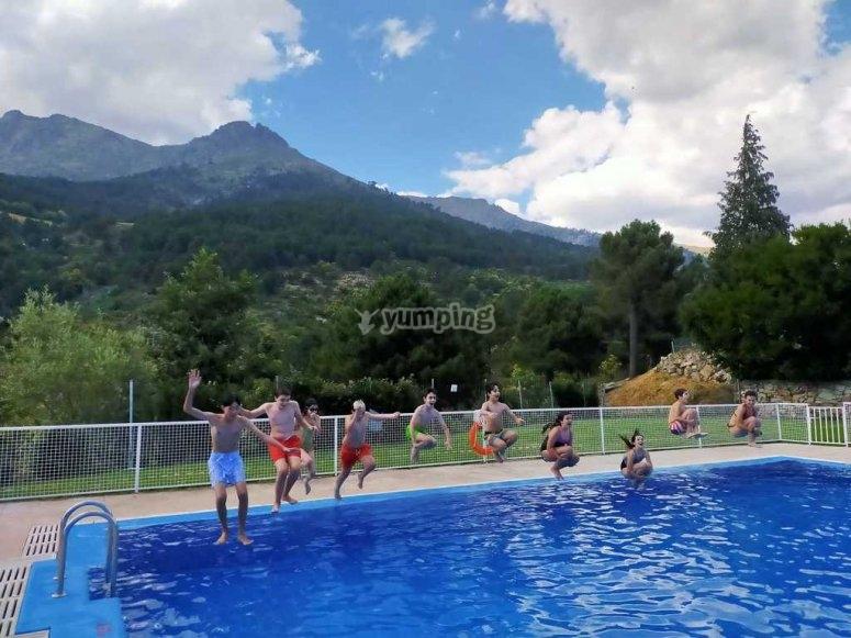 Día de piscina en el campamento