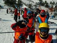 Equipados更正老师在滑雪胜地滑雪