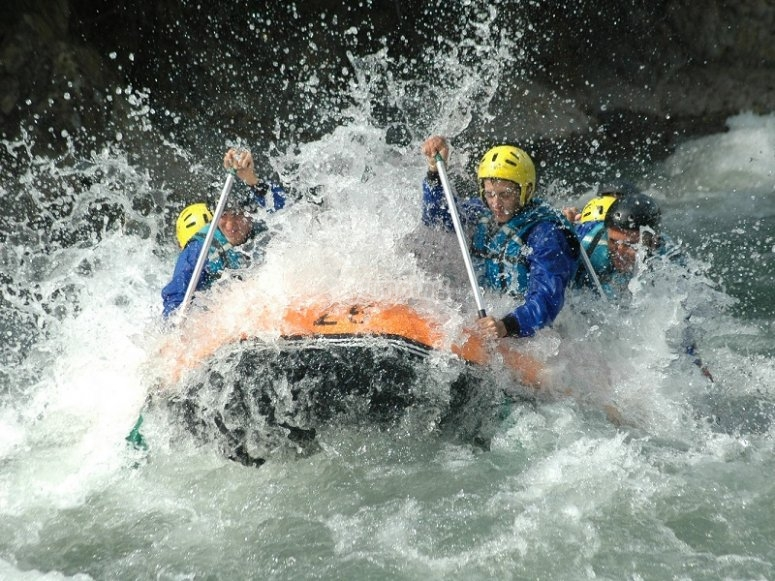 Descending the Esera River with the raft