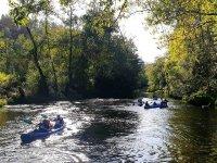Attraversando le correnti del fiume in canoa