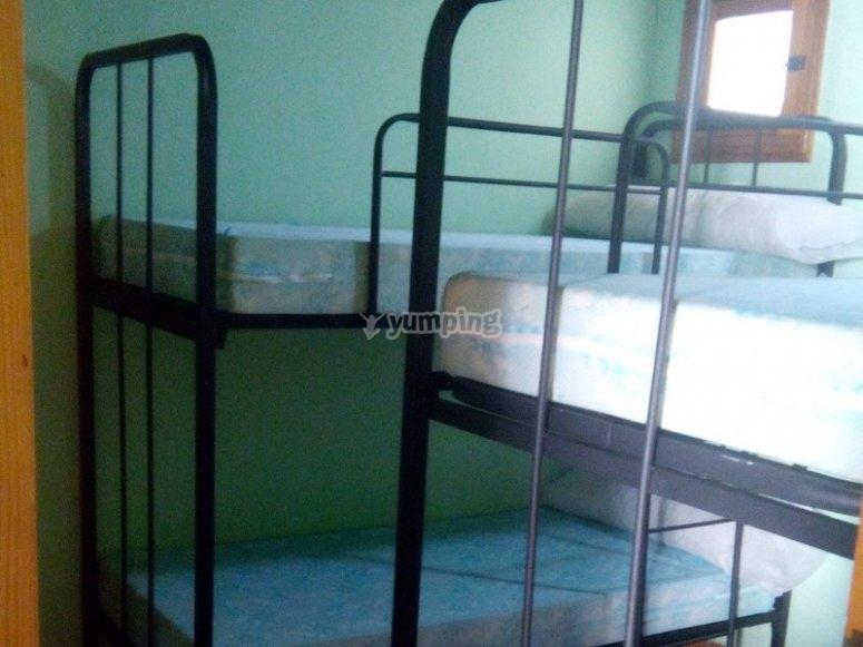 Habitaciones con literas del campamento de Sinarcas