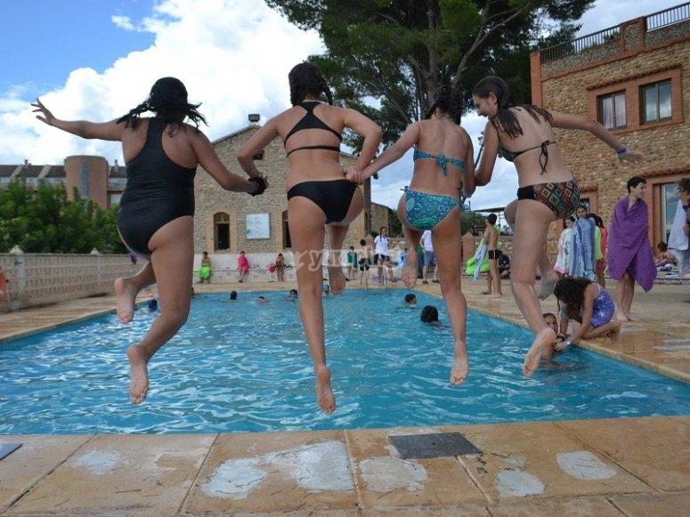 Saltando a la piscina campamento en Sinarcas