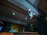 saltando con acrobacias