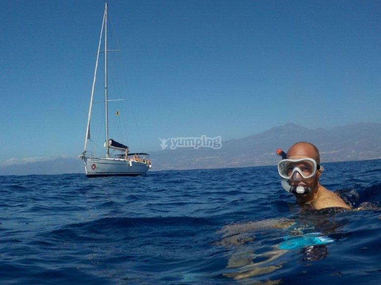 在特内里费岛水域浮潜