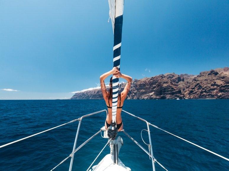 在特内里费岛的水域航行