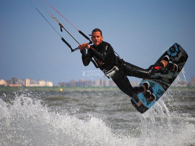 在穆尔西亚的风筝冲浪