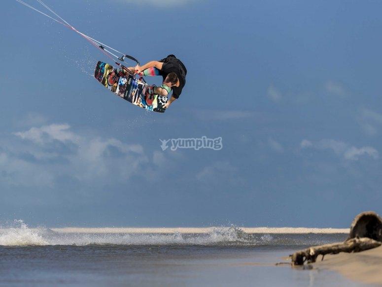 随风筝冲浪跳跃