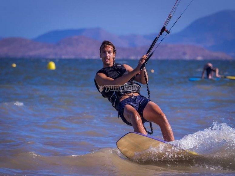 在穆尔西亚(Murcia)进行风筝冲浪