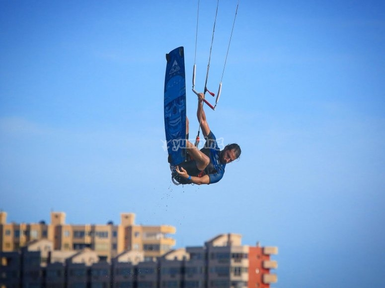 Maintain the balance on the kitesurf surfboard