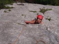Subiendo por la pared de roca en Asturias
