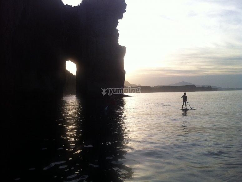 在洞穴中划桨冲浪