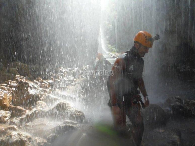 在拉希格拉(La Higuera)瀑布的水幕下