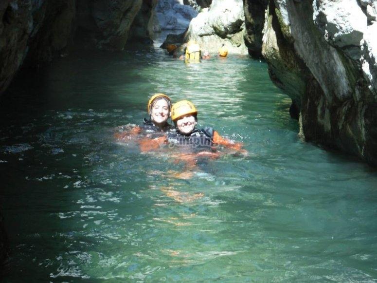 在希格拉(Higuera)峡谷的清澈水域中游泳