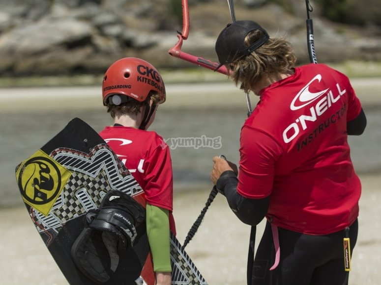 Alumno de kitesurf y monitor en costa gallega