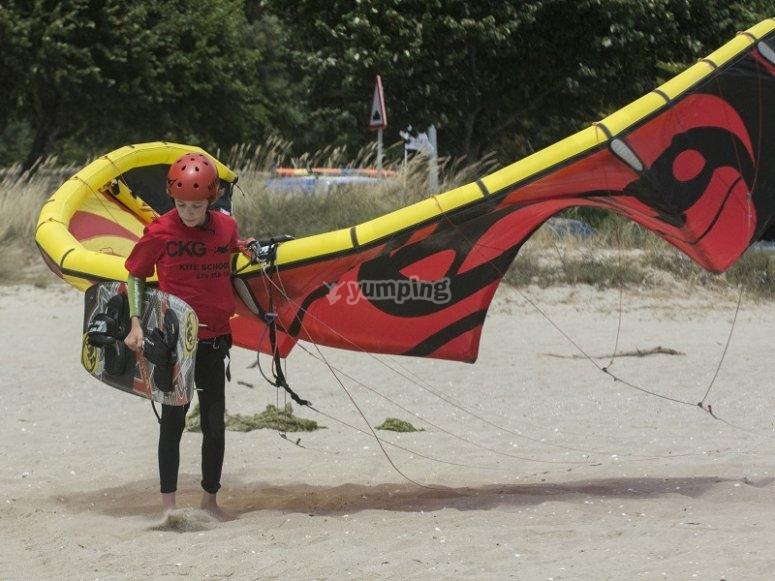 Llevando el material de kitesurf en tierra en Galicia