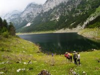 Senderismo entre las montañas junto al lago