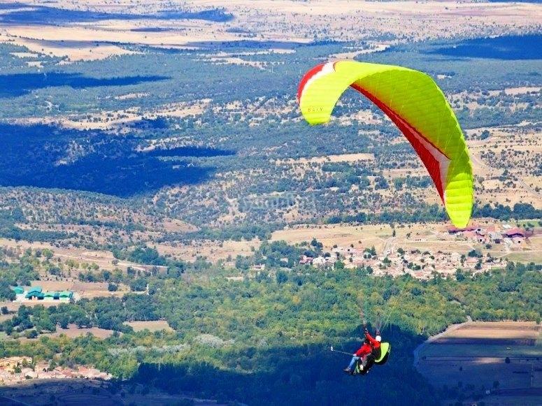 双人滑翔伞在阿维拉