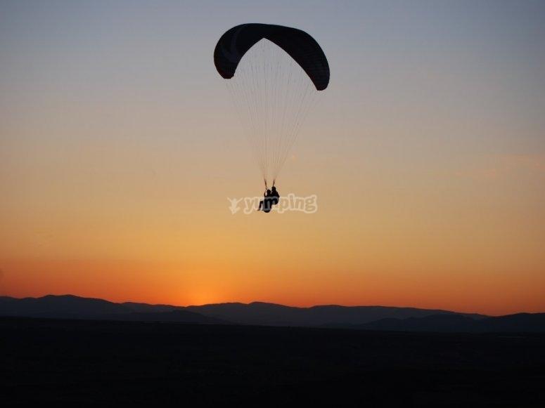 滑翔伞在日落时分在阿维拉