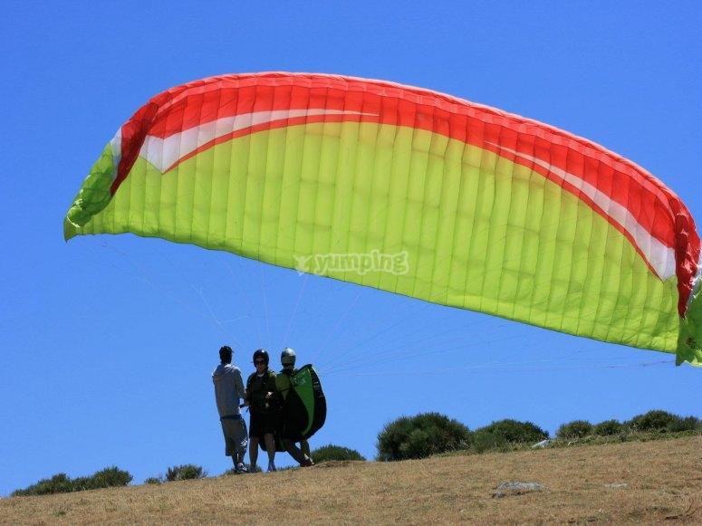 准备滑翔伞飞行在阿维拉