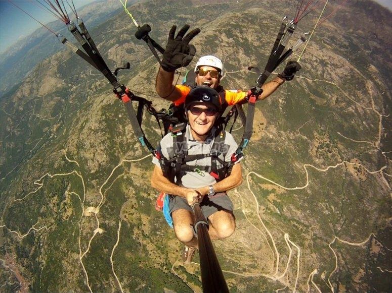 滑翔伞飞行在阿维拉