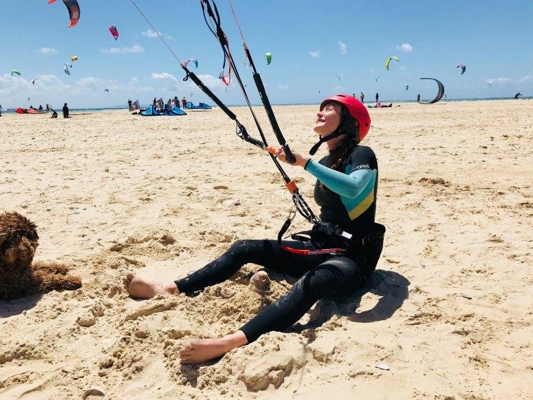Practica kitesurf en la orilla