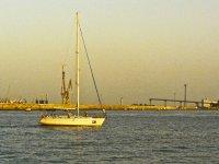 帆船航海与港口背景