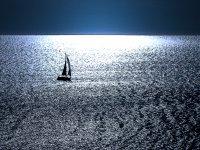 船舶处窗口上方的船舶夜间