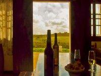 酒瓶放在桌子与背景场