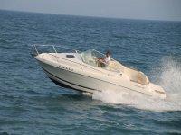 Accelerando la barca sulla Costa Brava