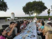 Wood.jpg Barrilles一群朋友坐在桌旁,享受品酒的酒窖