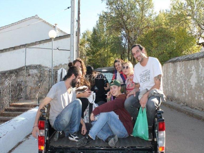 camino a la gymkhana popular por el pueblo