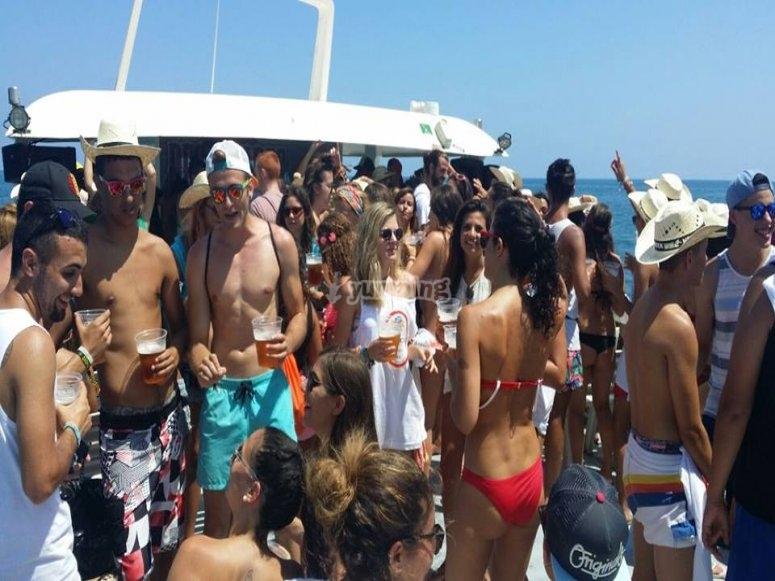 Disfrutando de la fiesta en el barco