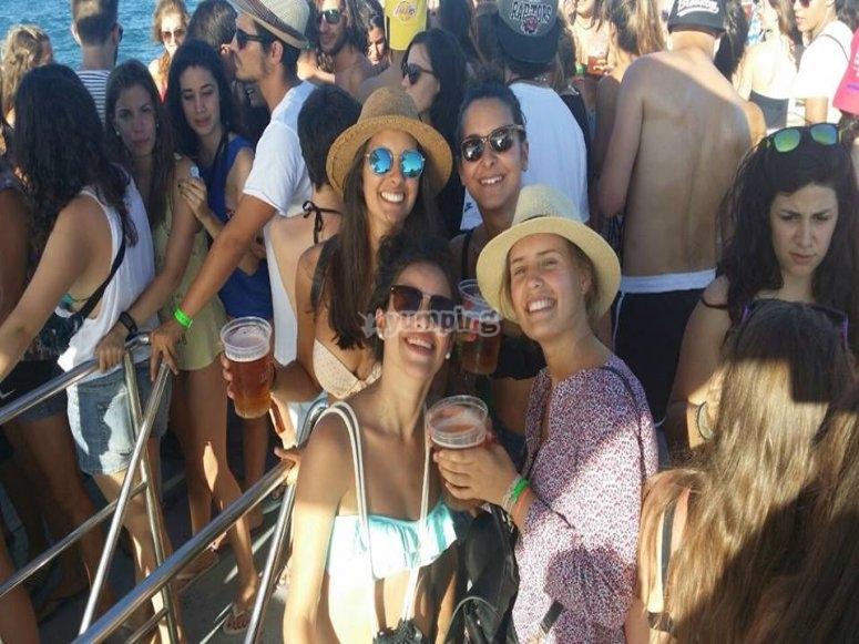 grupo de amigas disfrutando de una party Boat en el puerto de Valencia