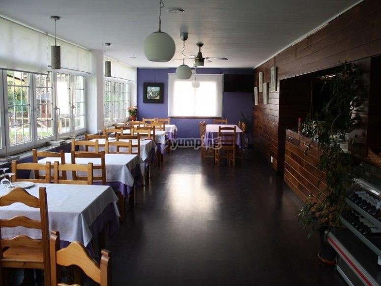 Mesas del restaurante en ruta de Asturias