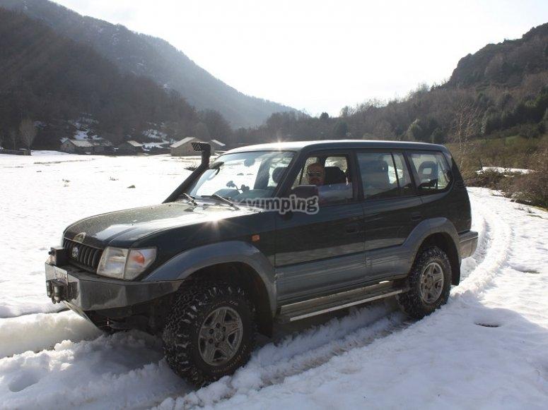 Vehiculo 4x4 sobre la nieve en montañas asturianas