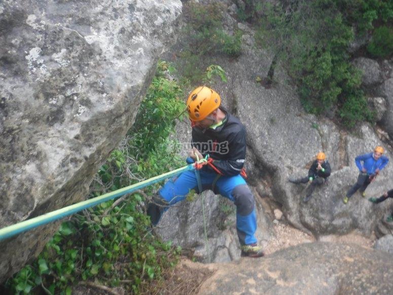配有登山绳和头盔