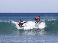 Dos surfistas en paralelo