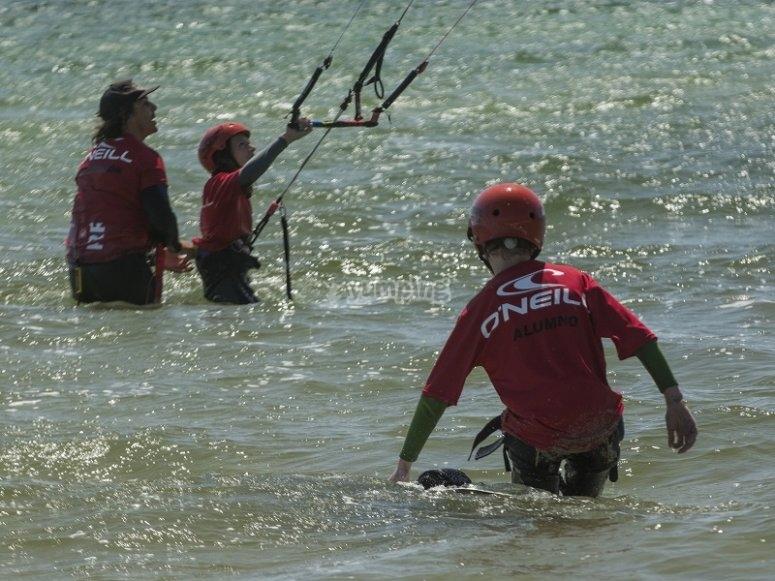 Clase de kitesurf en en mar en Pontevedra