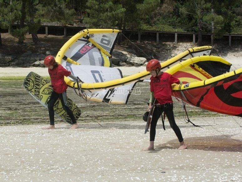 Preparando la clase de kitesurf en tierra