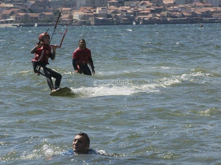 Practicar kitesurf en el agua