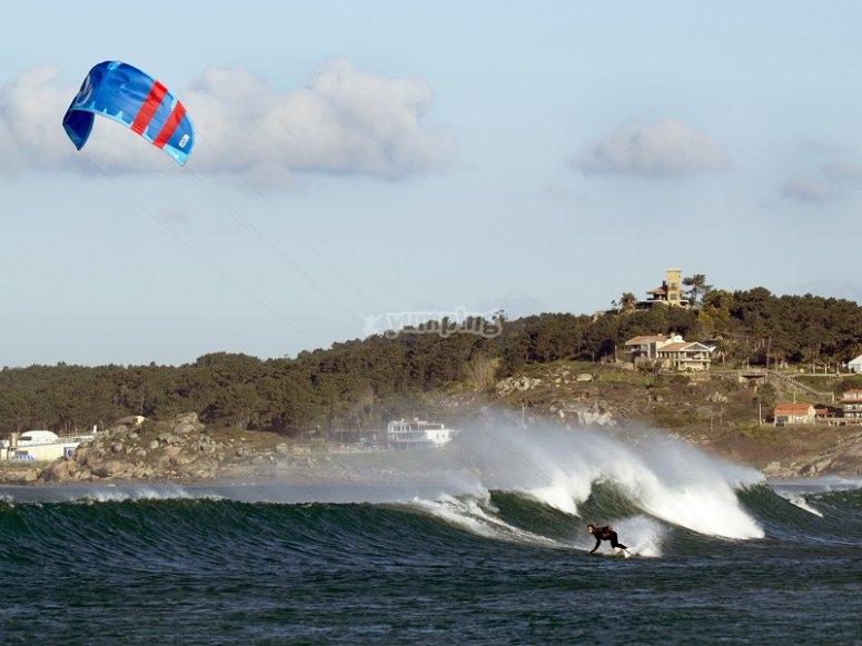 Volando el kite desde el agua