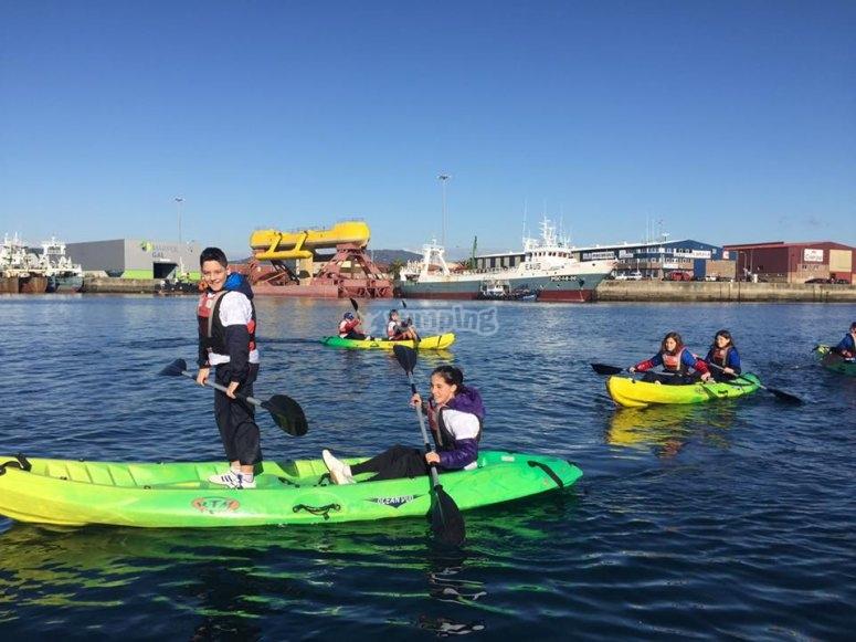 Navegando en kayak en grupo