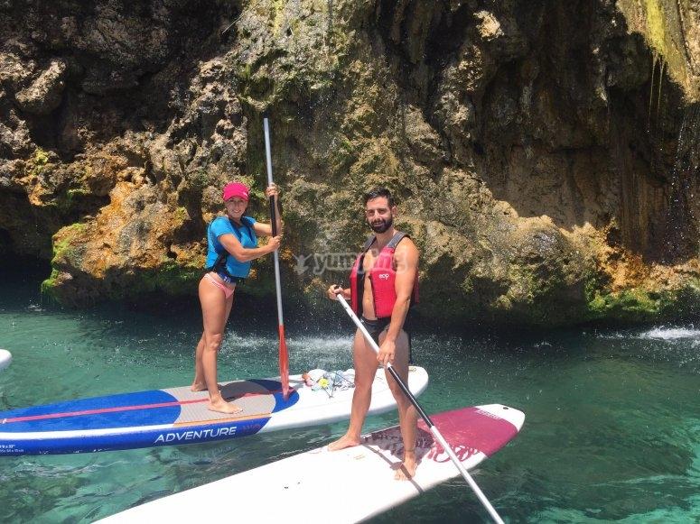 Coppia che fa paddle surf