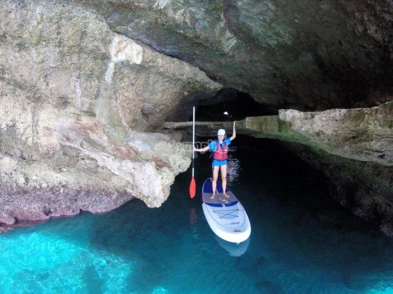 Stand up paddle board vicino alle scogliere