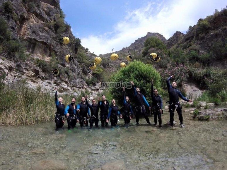 Aventureros en el barranco del Rio Verde lanzando los cascos al aire