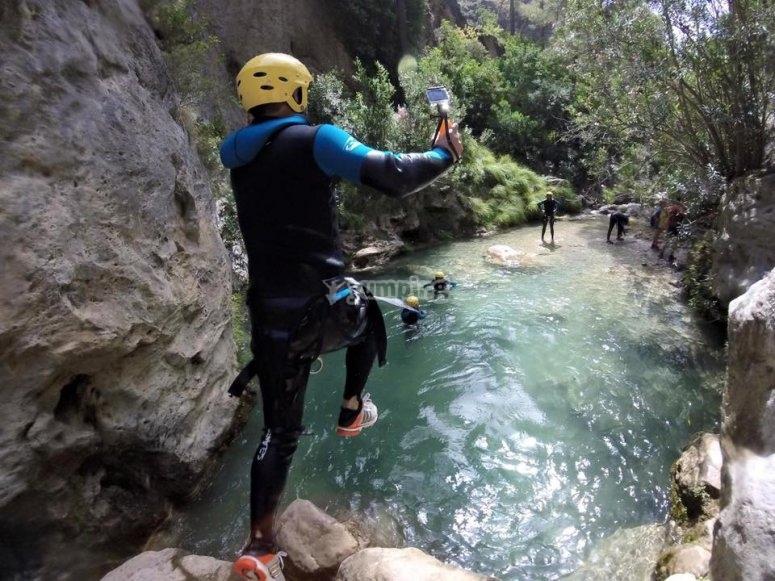 Saltando al agua en el barranco