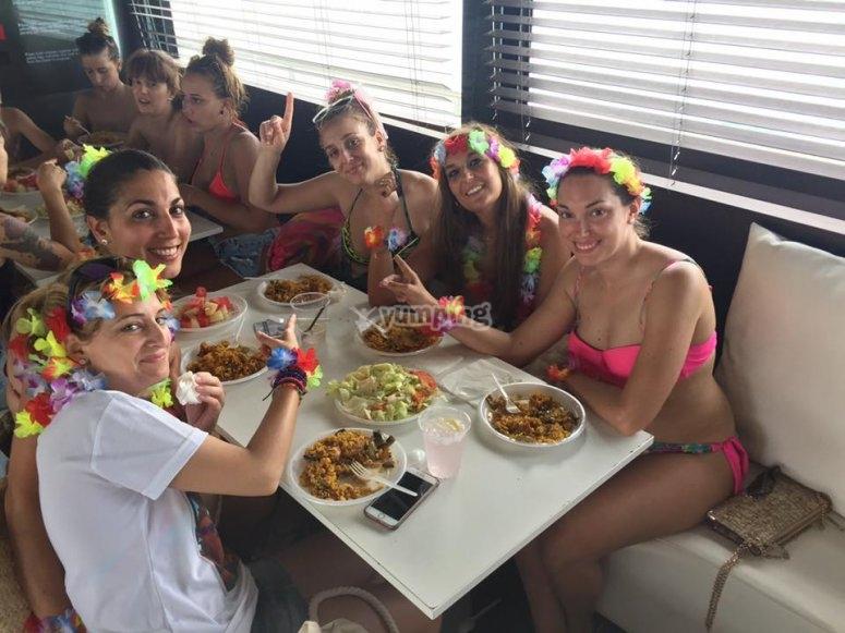 地中海双体船甲板上的派对