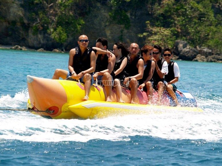 disfrutando de una sesion de banana boat